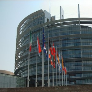 Флаги возле Европейского парламента